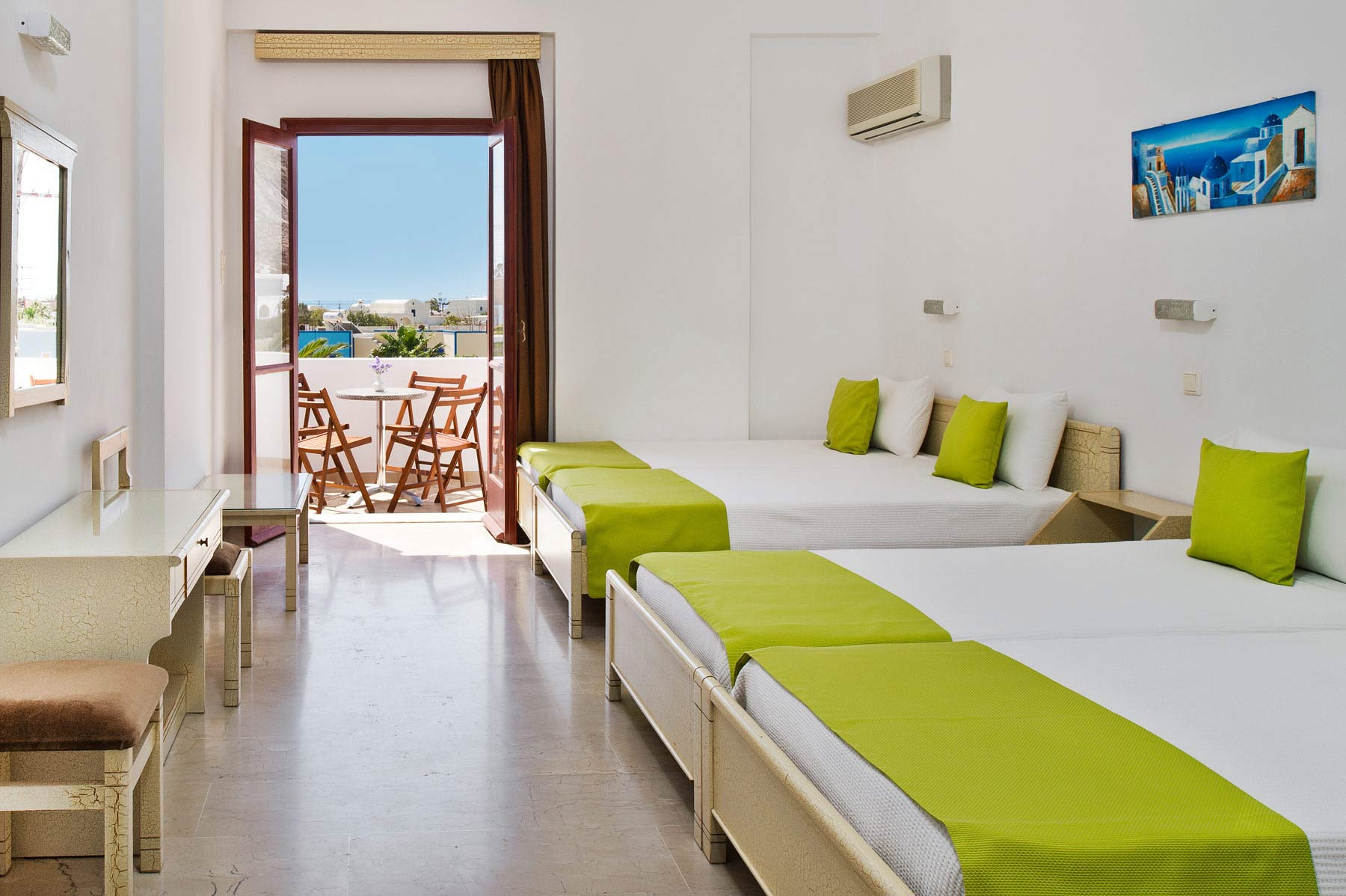 Family rooms makarios hotel in kamari beach santorini for Hotels with family rooms for 5